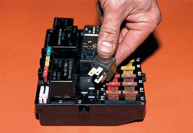 Ваз-2110 где находится реле зарядки