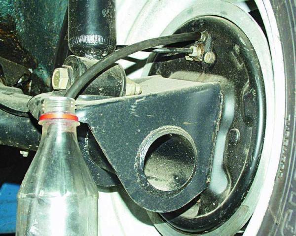 Шланг одет на штуцер клапана и погружен в прозрачный сосуд