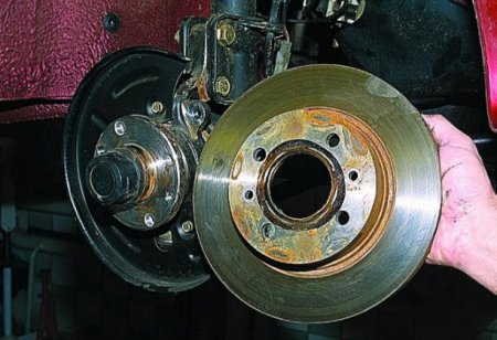 Снятие переднего тормозного диска авто ВАЗ 2112