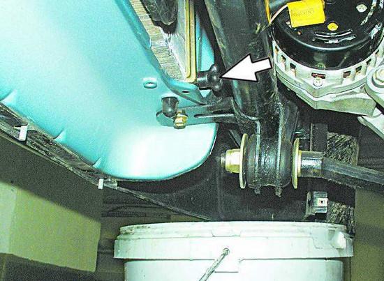 Выкручиваем пробку радиатора и сливаем жидкость в подставленную емкость