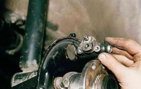 Снятие заднего тормозного цилиндра ВАЗ 2110