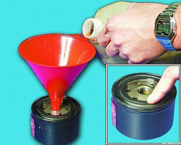 Смазываем прокладку фильтра и заполняем его смазкой  до половины объема