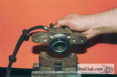Снятый колесный цилиндр ВАЗ 2110