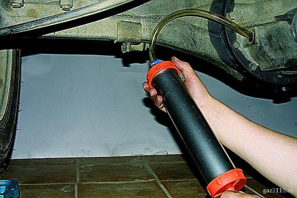 Замена трансмиссионного масла ВАЗ 2107 требует шприца