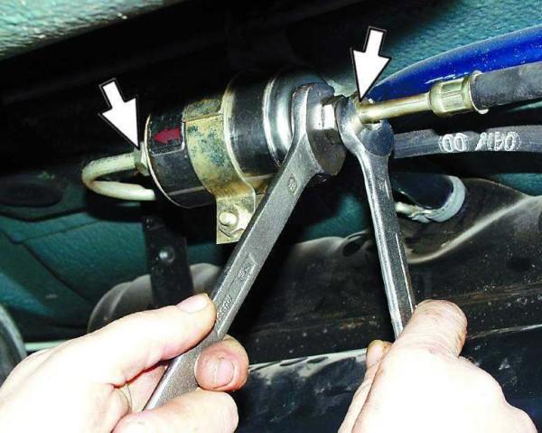 Ключом на «17» откручиваем штуцер, а ключом «19» придерживаем фильтр