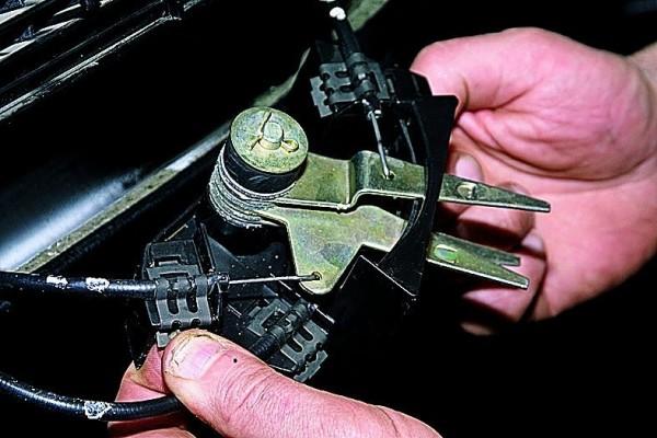 Кронштейн рычага управления печкой автомобиля ВАЗ 21213