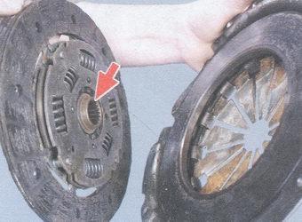 Наиболее выступающая часть ведомого диска смотрит в сторону коробки передач