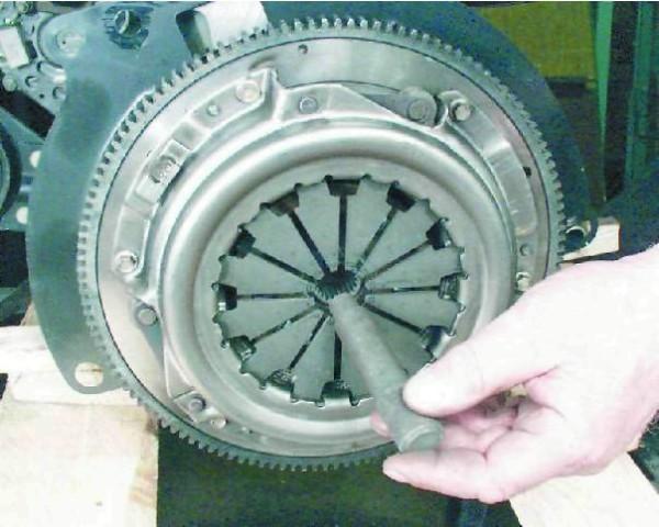 Оправка вставляется в отверстие нажимного диска