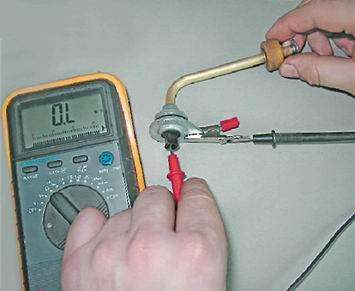 Подключаем мультиметр к выводу датчика и корпусу