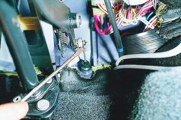 Снимаем стопор и отсоединяем тросик от педали