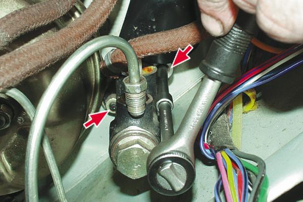 Снятие гаек крепления главного тормозного цилиндра ВАЗ 2107