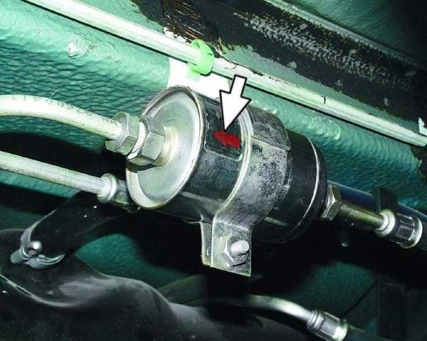 Стрелка смотрит в направлении движения бензина