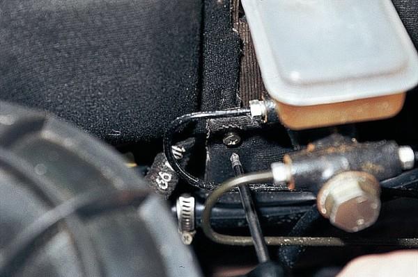 Частичное снятие обшивки моторного отсека