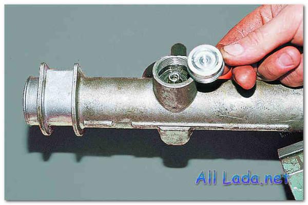 Гайка, пружина и фиксирующее кольцо вынимаются из изделия