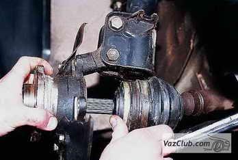 Отсоединяется ШРУС с автомобиля ВАЗ 2110