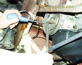 Снимаем шкив привода генератора, открутив болт, и фиксируя его от проворачивания отверткой
