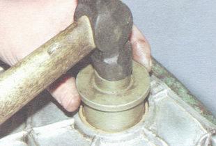 Забиваем сальник до упора с помощью оправки и молотка