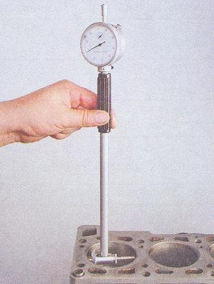 Замер нутромером диаметра цилиндра
