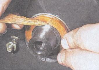 Кромку манжета поправляем острой деревянной палочкой