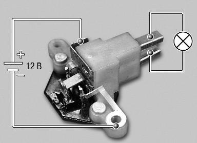 Подключаем лампочку к щеткам и подаем на контакты реле – регулятора напряжение 12 Вольт