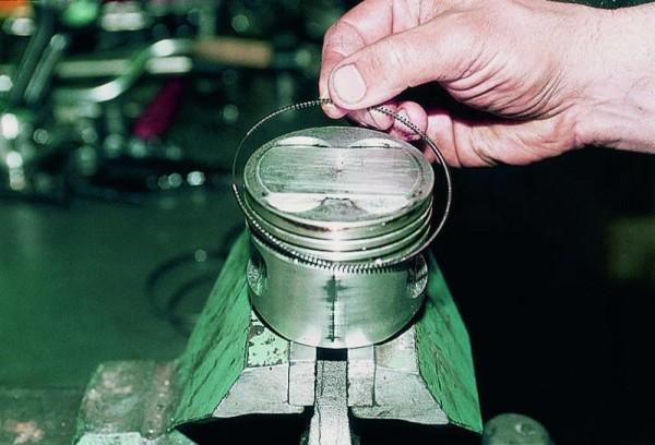 Расширитель масляного кольца снимается с поршня
