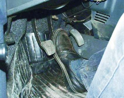 naparnik nazhimaet i derzhit pedal - Тормозная система ваз 21124 схема