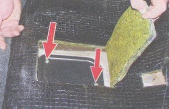 Отгибаем шумоизоляцию и откручиваем винты крепления крышки