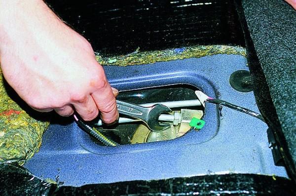 Откручиваем штуцер трубки подачи бензина ключом «17»