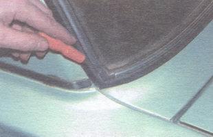 Отвертка вставляется в уплотнитель