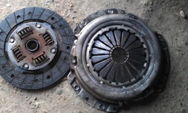 (Слева направо) ведомый диск и корзина сцепления