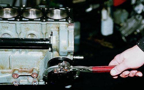 Снимается масляный фильтр с авто ВАЗ
