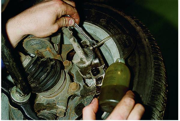 vaz 2112 prokachka tormozov samomu 600x402 - Тормозная система ваз 21124 схема