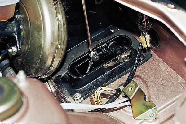 Из-под капота отверткой снимаем клипсу, крепящую тросик к педали