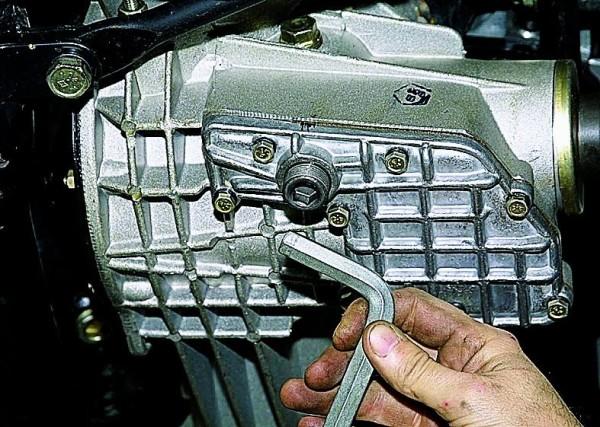 Месторасположение сливной пробки двигателя ВАЗ 2121