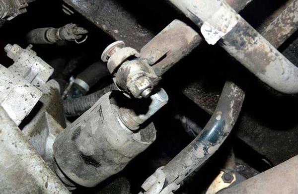 Ослабляем хомут ключом «13» и стаскиваем с кардана тягу КПП