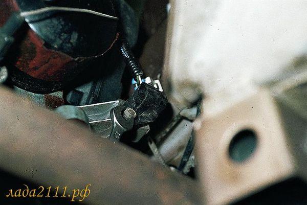 Откручиваем ДПКВ, воспользовавшись ключом «10»