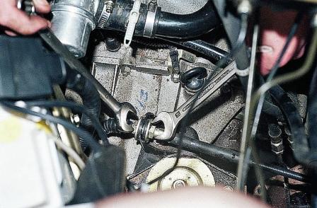 Откручиваем гайки, крепящие тросик в кронштейне двумя ключами 19