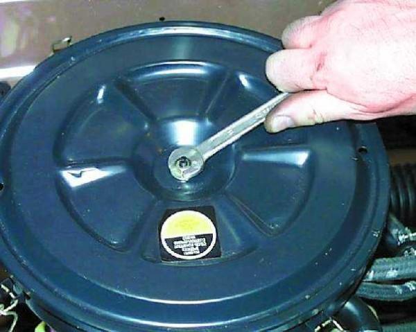 Откручиваем гайку, и отстегиваем пружинные зажимы по кругу, чтобы снять крышку