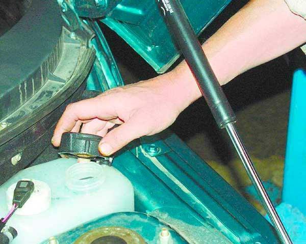 Откручиваем пробку с бачка, чтобы открыть доступ воздуха в систему
