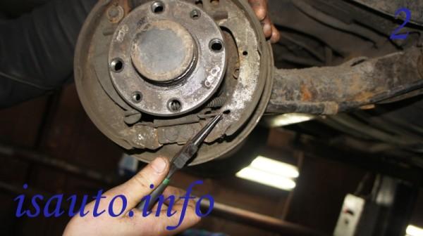 Отсоединяем нижнюю тормозную пружинку, используя тонкогубцы