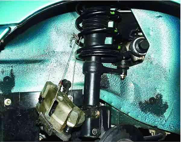 Проволокой либо веревкой подвешиваем суппорт на пружину подвески, тормозной шланг при этом не перекручен и не натянут