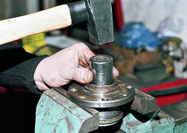 Устанавливаем ступицу на тиски, как показано и продолжаем выбивать подшипник