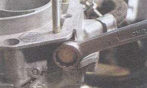 Выкручиваем фильтр тонкой очистки с держателем