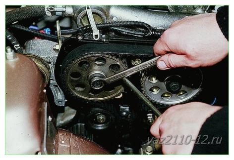 Выкручиваем ключом «17», болт которым крепится шкив, отверткой удерживаем распредвал от проворачивания