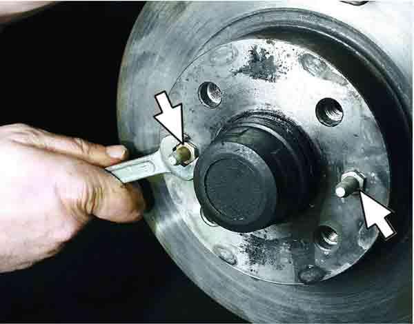 Выкручиваем направляющие штифты колеса, чтобы снять диск