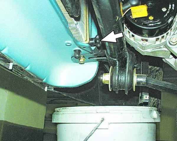 Выкручиваем пробку радиатора, чтобы жидкость с него стекла в емкость