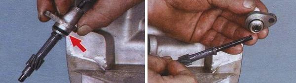 Осматриваем состояние уплотнительной резинки (показана стрелкой), затем вынимаем и осматриваем пластиковую шестерню