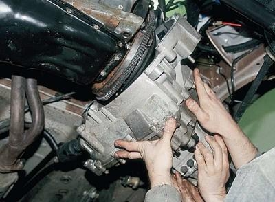 Снимаем и вытаскиваем КПП из-под машины