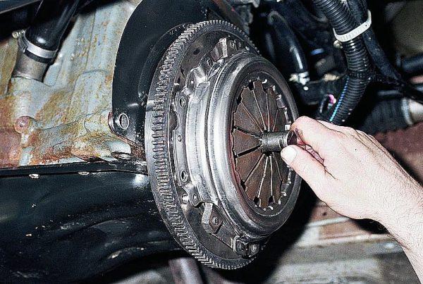 Центрирующая втулка вставляется в ведомый диск, затем прикручивается корзина