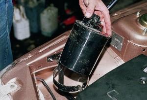 Вынимаем агрегат, после ослабления стягивающего хомута